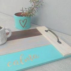 """Bandeja """"calma"""" en tablas de madera desgastadas Vinyl Crafts, Wooden Crafts, Diy Arts And Crafts, Barn Board Projects, Diy Furniture Videos, Ideias Diy, Art N Craft, Wooden Art, Easy Diy Projects"""