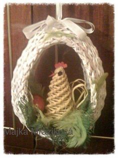 Vajce Yarn Crafts, Diy Crafts, Willow Weaving, Newspaper Crafts, Grapevine Wreath, Wicker, Recycling, Wreaths, Christmas Ornaments