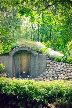Rock covered side to the rootcellar? Fairytale House, Log Home Living, Dream Mansion, Hillside Landscaping, Root Cellar, Underground Homes, Earth Homes, Natural Building, Exterior