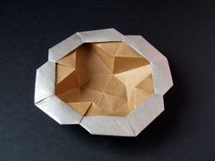 Scatola Stella-fiore - Star-flower box. Origami: realized with a square of Kraft paper 20 x 20 cm cm. Designed and folded by Francesco Guarnieri, March 2008.