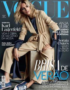 Июньскую обложку Vogue Portugal украшает топ-модель Аня Рубик, одетая в песочного цвета пальто, темно-синюю блузку, брюки и кроссовки.