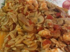 Saute onions and mushrooms .Put the tomato sauce and water and boil until softened the muchrooms.Then add the orzo. Cookbook Recipes, Meat Recipes, Cooking Recipes, Cyprus Food, Greek Cooking, Stuffed Mushrooms, Stuffed Peppers, Food Decoration, Mediterranean Recipes