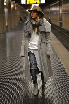 STREET STYLE FOR THIS WINTER 2016 Hello Girls! We all wonder what the Street Style is? And here I leave the definition of what it means, is a term used to describe the way we dress and are the looks w Fashion Casual, Fashion Mode, Casual Chic, Fashion Outfits, Womens Fashion, Fashion Trends, 50 Fashion, Fashion Styles, Style Fashion