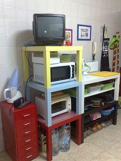 Mesas LACK para organizar la cocina.
