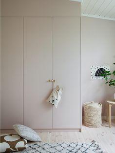 Such a perfect DIY of Ikea Pax closets. Girl Room, Ikea Pax, Minimalist Kids, Interior, Minimalist Kids Room, Small Kids Room, Bedroom Design, Room Interior, Room