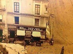 """La cantina más antigua de la #CDMX, """"El Nivel"""". La foto data de 1890-1900. Ubicada en la esquina de las calles Moneda y Seminario, a un costado del Palacio Nacional, en el Centro Histórico de la capital. Su nombre se debía al Monumento Hipsográfico, que por muchos años permaneció a escasos metros de la cantina, y al que popularmente se le conoce como El Nivel."""