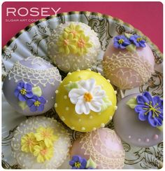 OHHH MY!! Stunning Mini Mini Flower Cupcakes  by rosey sugar, via Flickr