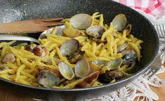 Le trofie con vongole e zafferano sono un primo piatto profumato e saporito. Facile da preparare, è reso speciale dall'utilizzo dello zafferano in stimmi.