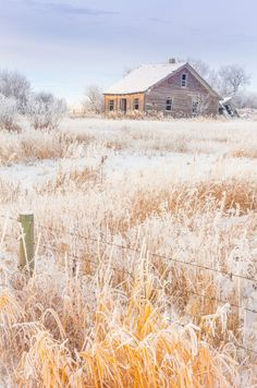 ***Abandoned house on the Canadian prairies (Alberta) by Chris Greenwood Old Buildings, Abandoned Buildings, Abandoned Places, Great Places, Beautiful Places, Canadian Prairies, Old Farm Houses, Nature Pictures, Snowy Pictures
