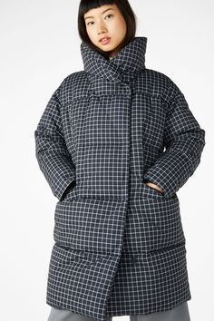 <p>A super flattering take on the puff coat, this babe has a gorgeous shawl neck and a suede-y feel. Closes with big snaps. <br /><br />In a size small the