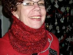 Knitting Patterns Cowl Free knitting pattern for Peppermint Hot CoCowl. Perfect for a last-minute holiday gift. Knit Cowl, Cowl Scarf, Knit Or Crochet, Crochet Scarves, Knitting Scarves, Knitting Patterns Free, Free Knitting, Knitting Ideas, Knit Patterns