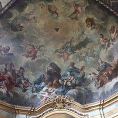 Woher kommt der Name der Sixtinischen Kapelle? von Papst Sixtus IV Die Sixtinische Kapelle ist eine der Kapellen des Apostolischen Palastes. Sie ist der Ort, an dem das Konklave abgehalten wird, und beherbergt einige der berühmtesten Gemälde der Welt. Ihr Name bezieht sich auf Papst Sixtus IV., unter dem sie zwischen 1475 und 1483 erbaut wurde.