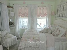 Shabby Chic Porch, Shabby Chic Wall Decor, Pretty Bedroom, Shabby Chic Bedrooms, Bedroom Green, Shabby Chic Homes, Romantic Bedrooms, Pink Bedrooms, Shabby Cottage