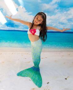 Koop je zeemeermin staart om te zwemmen in het zwembad. Monofin opgenomen om te zwemmen dolfijnen te oefenen en zien eruit als een echte zeemeermin.
