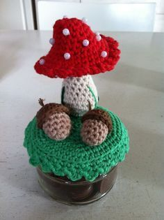 Lique's: Paddestoel en patroon eikeltje - Need to find a translator Crochet Gratis, Crochet Food, Crochet Patterns Amigurumi, Love Crochet, Knit Crochet, Knitted Flowers, Crochet Flower Patterns, Crochet Jar Covers, Crochet Mushroom