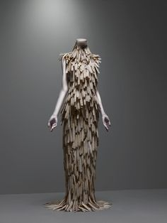 Alexander McQueen Savage Beauty Exhibition amazing couture fashion art wood dress what a creation of a ball gown , looks stunning but i doubt that you could wear it Alexander Mcqueen Wedding Dresses, Alexander Mcqueen Kleider, Alexandre Mcqueen, Moda Fashion, Fashion Art, High Fashion, Fashion Design, Couture Fashion, Beauty Exhibition
