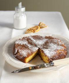 Αυτή η αμυγδαλόπιτα είναι ένα ζουμερό γλυκό, με έντονο το άρωμα του πορτοκαλιού, κατάλληλο για να συνοδεύσει καφέ ή τσάι, αλλά και για να γίνει επιδόρπιο μετά από ένα γιορτινό γεύμα, αν το χρησιμοποιήσετε σαν βάση για παγωτό.