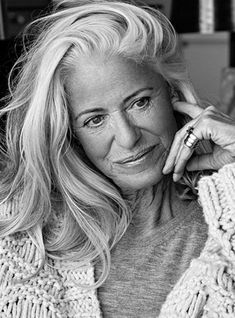 How To Age Gracefully and What It Actually Means Beautiful Old Woman, Beautiful People, Pelo Color Plata, Grey Hair Inspiration, Long Gray Hair, Mature Fashion, Drop Dead Gorgeous, Ageless Beauty, Sexy Older Women