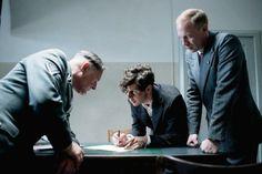 Georg Elser (Christian Friedel, M.) erklärt Nebe (Burghart Klaußner, l.) und Müller (Johann von Bülow, r.), wie er die Bombe gebaut hat - Copyright Lucky Bird Pictures   Berlinale   Programm   Programm - Elser   13 Minutes