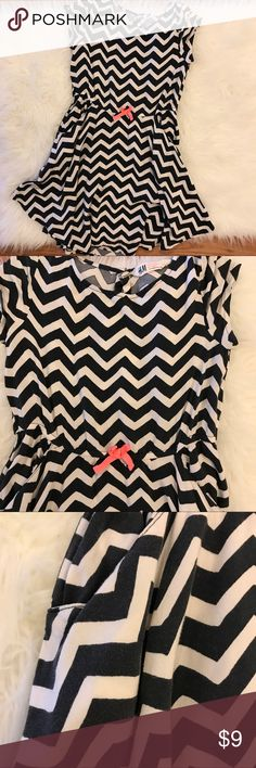 H&M Chevron Dress 8-9Y H&M Chevron Dress with elastic waistband. Worn with fading but overall good condition. See closer photos for better color detail. No flaws other than that. Buttons at back of neck. No trades. Bundle for discount. H&M Dresses