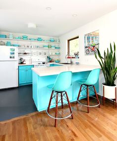 Vinyl kitchen flooring is a very popular choice by homeowners. Vinyl kitchen flooring offers many benefits to the homeowner who has children, pets, or lives an active lifestyle. These floors are ve… Best Flooring For Kitchen, Vinyl Flooring Kitchen, Diy Flooring, Linoleum Flooring, Turquoise Cabinets, Turquoise Kitchen, Teal Kitchen, Big Kitchen, Painted Vinyl Floors