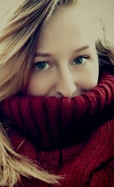 Jennifer snaps a selfie in her chunky, cable knit turtleneck while walking home in the cold. Thick Sweaters, Girls Sweaters, Wool Sweaters, Sweaters For Women, Photos Of Women, Sweater Outfits, Looking For Women, Cable Knit, Autumn Winter Fashion