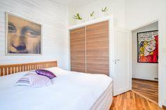 sovrum med snygga garderobsdörrar i jalussiliknande material