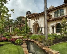 Luxurious modern italian style home by Jauregui Architect shows up with beautiful landscape design and arches. What you see outside gets even better when Tuscan Style Homes, Spanish Style Homes, Tuscan House, Spanish House, Style At Home, Italian Style Home, Design Toscano, Architecture Résidentielle, Beautiful Architecture
