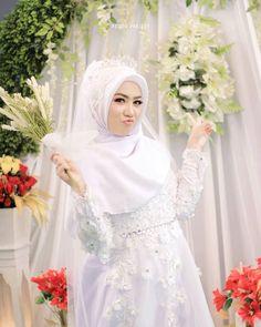 Gambar mungkin berisi: 1 orang, berdiri dan pernikahan Muslimah Wedding Dress, Hijab Style Dress, Muslim Wedding Dresses, Hijab Bride, Muslim Brides, Wedding Hijab, Bridal Dresses, Wedding Gowns, Bridesmaid Dresses