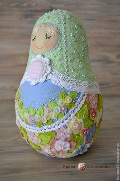 A Felt Russian Fairy Tale: Creating a Sweet Matryoshka Doll – a free tutorial on the topic: Folk Dolls ✓DIY ✓Steps-By-Step ✓With photos Matryoshka Doll, Kokeshi Dolls, Doll Crafts, Diy Doll, Fabric Dolls, Paper Dolls, Rag Dolls, Doll Sewing Patterns, Bear Patterns