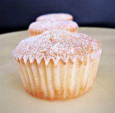 Diese Muffins sind schnell gemacht, gelingen leicht und schmecken richtig nach Zitrone. Sie sind so fluffig, dass sie schon fast von selbst auseinander fallen 😄 Zutaten für 24 Muffins o…