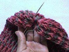 Para iniciar coloque a lã em 36 pregos, usando o ponto oitinho duas vezes, sem virar a lã com a agulha de croche. Em seguida trabalhe por 3...