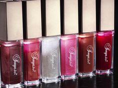 Sonya Lip Gloss. Siinä on tuote jonka käyttö kääntää päät! Tuotteessa ihan kiilteen lisäksi sekä peili että led-valo. Viisi ihanaa sävyä!