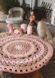 Carpet of Trapillo with flower in the Center Crochet Mat, Crochet Carpet, Love Crochet, Crochet Crafts, Crochet Doilies, Crochet Projects, Knit Rug, Doily Rug, Crochet Humor
