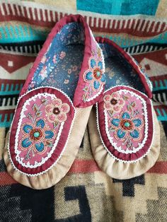 Seed Bead Patterns, Beading Patterns, Loom Patterns, Moccasin Boots, Shoe Boots, Shoes, Beaded Embroidery, Hand Embroidery, Beaded Earrings