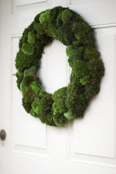 Moss wreath. Dörrkrans med mossa. Front Door Decor, Succulent Wreath, Moss Wreath, Diy Wreath, Christmas Wreaths, Christmas Decorations, Holiday Decor, Green Christmas, Green Shades
