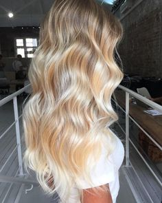 Do you like your wavy hair and do not change it for anything? But it's not always easy to put your curls in value … Need some hairstyle ideas to magnify your wavy hair? Ashy Blonde Balayage, Balayage Hair, Blonde Ombre, Pelo Color Caramelo, Hair Highlights, Summer Highlights, Gorgeous Hair, Gorgeous Blonde, Perfect Blonde Hair