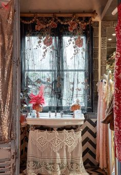 http://deardesigner.co.uk/the-boho-glam-apartment-of-sera-hersham-loftus/