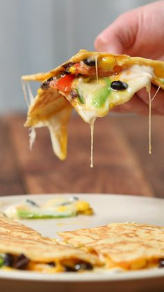 A triple helping of cheese makes this Mexican-style dish taste GRATE food videos Ultimate Cheesy Quesadilla Mexican Food Recipes, Vegetarian Recipes, Cooking Recipes, Healthy Recipes, Healthy Drinks, Healthy Food, Vegetarian Lunch, Cooking Games, Chinese Recipes