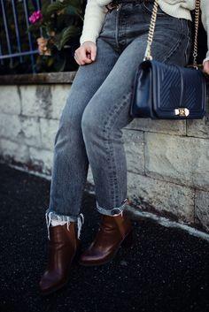 Tenue pour l'automne-hiver : Pull crème, pantalon gris levis 501, foulard rouge, bottine marron Rebecca Minkoff, Style Personnel, Jeans Levi's, Inspiration Mode, Levis 501, Pull, Blogging, Suits, Fashion