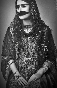 When hearing the word burqa, the first thing that comes to some people's mind is oppression. The Omani burqa, veil of the Bedouin women, states the contrary. What first was a functional gear became a Arabian Women, Arabian People, Crazy Women, Rajputi Dress, Arab Fashion, Fashion History, Islam, Arab Girls, Eiko Ishioka
