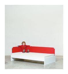 Bett:  Träumen. Lesen. Forschen. Verstecken. Schlafen. Schnarchen. Das Bett hat die klassische Grösse von 200 x 90cm. Man hat ein richtig grosses Bett – und trotzdem ein Nest. Taugt als Kinder-, Jugend-, Gäste- und Ehekrisennotbett. Optional sind Stoffaufsätze, Schubladen, Hoch- und Kajütenbettausbau. Toddler Bed, Furniture, Home Decor, Tall Bed, Snoring, Kid Furniture, Drawers, Youth, Reading