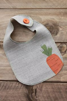 Easter Linen Baby Bib with Appliqued Carrot. Made to Order によく似た商品を Etsy で探す Baby Sewing Projects, Sewing For Kids, Sewing Crafts, Baby Bibs Patterns, Sewing Patterns, Diy Bebe, Bib Pattern, Baby Crafts, Quilt Baby