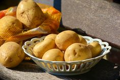 When it comes to feeding your family from your own garden potatoes are King! Properly storing potatoes is just as important as growing them. Root Vegetables, Growing Vegetables, How To Store Potatoes, Storing Potatoes, Potato Storage, Off The Grid News, Rainbow Treats, Diced Potatoes, Filling Food