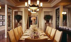 На фотографии показан частный интерьер столовой. В большом помещение выделили зону для столовой. Она ограждена, от кухни, барной стойкой. Для отделки стен используется покраска в пастельном тоне. М...