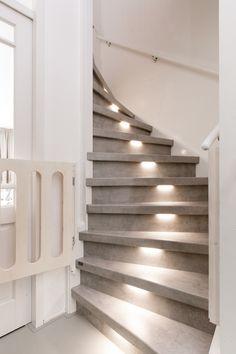 In deze aflevering zien jullie de Deen Alex en Chanou. Nadat Alex voor een werkvakantie, Chanou ontmoet verlaat hij zijn ... Loft Conversion Stairs, Carpet Staircase, Stair Lighting, Modern Stairs, Attic Renovation, Paint Colors For Living Room, Stained Concrete, Tiny House Design, Staircase Design