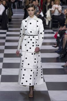 See all the Christian Dior Haute Couture Spring/Summer 2018 photos on Vogue. Christian Dior Couture, Dior Haute Couture, Couture Mode, Style Couture, Couture Fashion, Runway Fashion, Collection Couture, Fashion Show Collection, Fashion Week