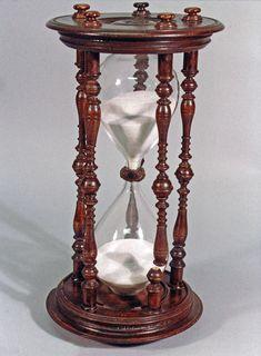 Comme à l'époque les montres et horloges n'existaient pas, ils utilisaient des sabliers qui permettaient de mesurer le temps.