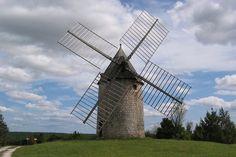 Le château de Cieurac  dans le département du Lot  est dominé par un impressionnant moulin à vent, classé monument historique. Ce moulin a été construit vers 1670. S'il ne moud plus depuis 1936, son mécanisme est toujours en état et  fonctionne parfaitement. © Raymond Bobbio