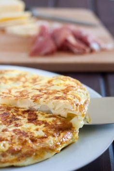 Puedes comer una tortilla Espanola para desayuno, almuerzo o cena. Tiene huevos, papas y, a veces, cebollas. Hay muchas variaciones de este plato.